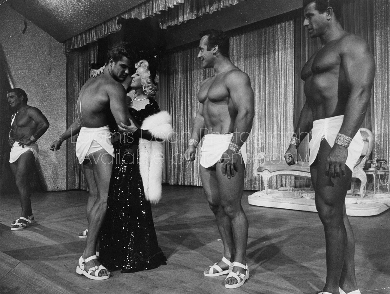 ACTRESS MAE WEST AND MUSCLEMEN S 314